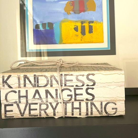 KINDNESS CHANGES EVERYTHING DECORATIVE BOOK STACK